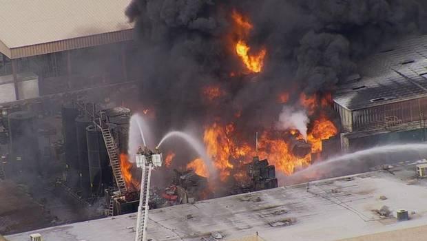 Explosión de gran magnitud dejó en ruinas una planta de alquitrán en Arizona