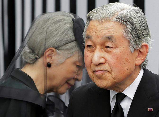 El emperador Akihito sigue con fiebre y cancela la comida de fin de año con Abe