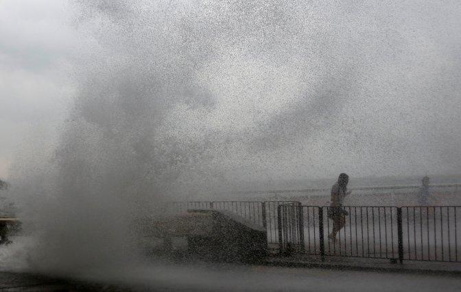 El tifón Haima ocasionó hoy 13 heridos a su paso por Hong Kong