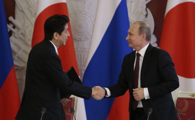 Abe y Putin escenifican su buena sintonía y abordan su disputa territorial