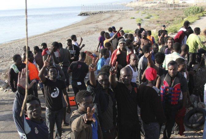 Cientos de migrantes entran en Ceuta tras forzar la valla