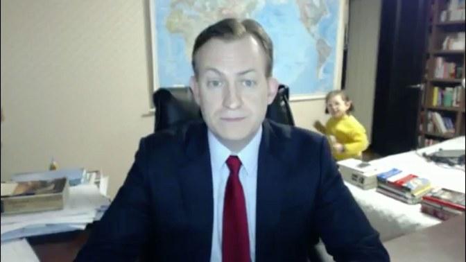 Profesor universitario es interrumpido por sus hijos en plena entrevista en vivo