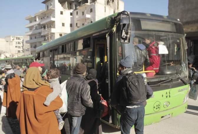 Se reanuda la evacuación de civiles desde ciudades sitiadas en Siria