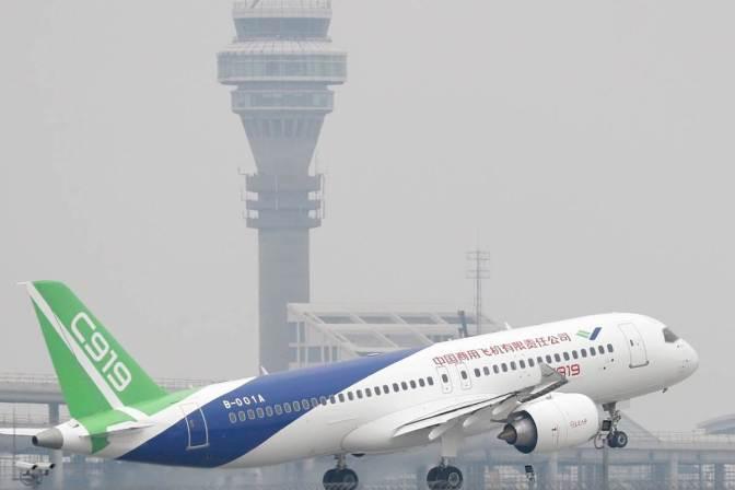 China inicia la carrera aérea tras el éxito del primer vuelo del C919