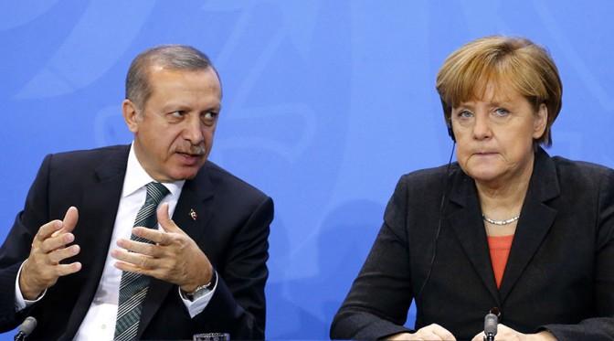 """Merkel """"exige"""" a Erdogan la liberación de un periodista turcoalemán"""