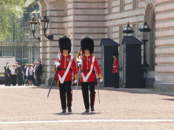 Reanudan el cambio de guardia en Buckingham tras cancelación por el atentado