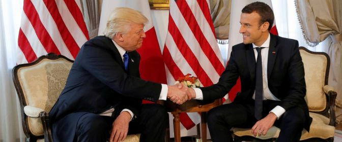 Emmanuel Macron recibe a Donald Trump con honores en París