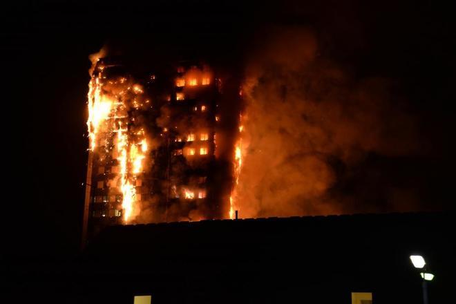Gran incendio en edificio de 27 pisos en Londres