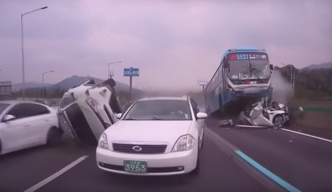 Video: un automovilista grabó el terrible accidente de un colectivo en plena autopista