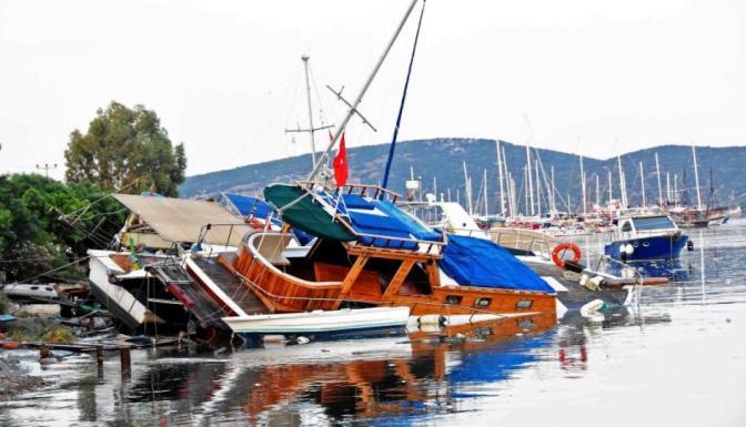 Los daños del tsunami que golpeó las costas de Turquía tras el terremoto