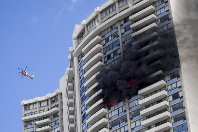Un aparatoso incendio en un edificio de apartamentos en Hawaii causa tres muertos