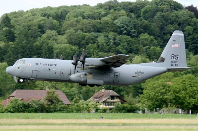 Un avión militar de EE.UU. se estrelló y sus 16 tripulantes murieron