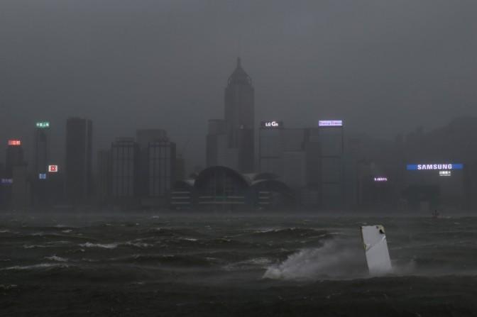 El tifón Hato deja tres muertos en Macao y numerosas inundaciones en Hong Kong