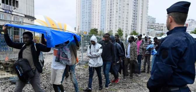 La policía evacúa un campamento con 2.500 migrantes en París