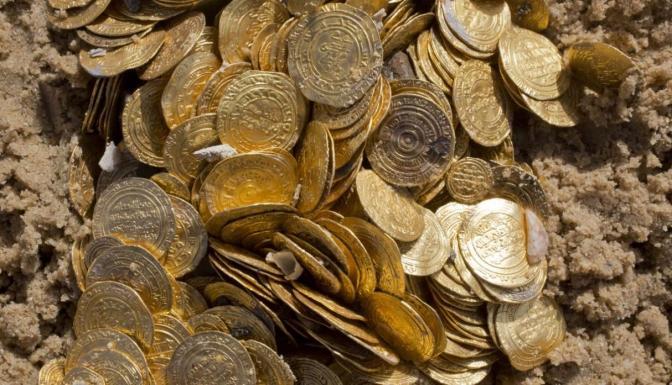 Encontró monedas en el mar, se las llevó y su vida entró en desgracia