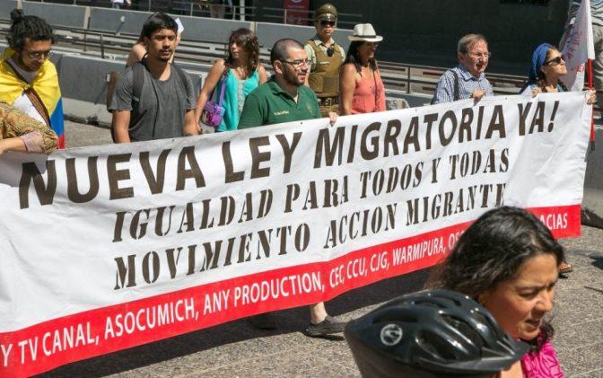 Miles de personas protestan en Chile a horas de que el Gobierno presente una ley migratoria