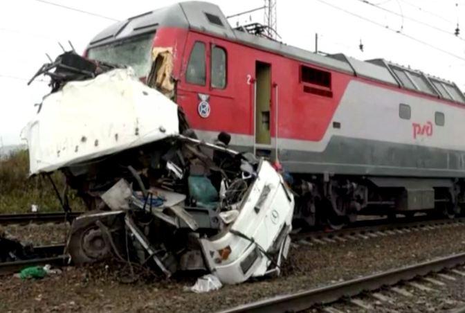 Al menos 16 muertos por el choque de un tren y un autobús en Rusia